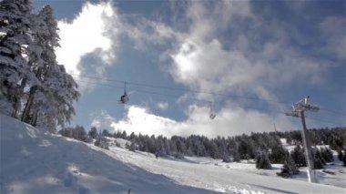 Wyciąg narciarski idzie do ośnieżonych górskich. — Wideo stockowe