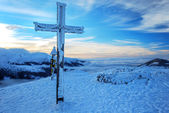 Cross in winter Mountains — Stock Photo