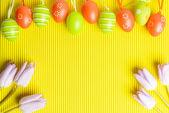 Uspořádání barevných kraslic a tulipány na žluté backgro — Stock fotografie