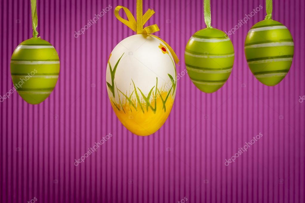oeufs décorés et printemps fleurs tulipes - symboles d