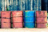 Cztery stare beczki oleju, ropy naftowej, czerwony i niebieski. — Zdjęcie stockowe