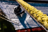 Yellow hawser, mooring line with visible fragment of the ship. — Foto Stock