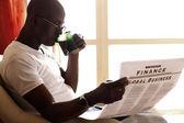 Afryki amerykański czytając gazety i korzystających herbaty — Zdjęcie stockowe