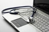 Uno stetoscopio su un portatile bianco — Foto Stock