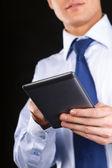 Adulto joven trabajando en una tableta digital — Foto de Stock