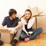 mladý pár odpočívá od stěhování do nového domu — Stock fotografie #41144565