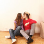 mladý pár odpočívá od stěhování do nového domu — Stock fotografie #41144569