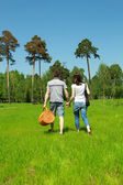A young couple going home from a picnic — Stock Photo