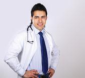 Портрет улыбающегося врач со стетоскопом — Стоковое фото