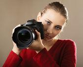 Jeune femme avec caméra — Photo