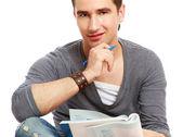 Kolegium facet siedzi na podłodze i studiuje — Zdjęcie stockowe