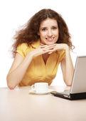 молодая женщина с ноутбуком — Стоковое фото