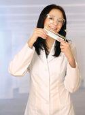 Weibliche Zahnarzt mit Werkzeugen — Stockfoto