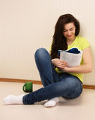 College girl reading book — Stock Photo