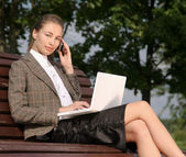 Businesswoman  in park and working on laptop — Stock fotografie