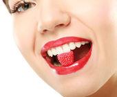 Žena hospodářství cukroví v ústech — Stock fotografie