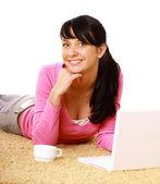 Una chica joven con un ordenador portátil — Foto de Stock