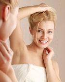 Kvinna omsorg av hennes vackra hud — Stockfoto