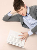 Man works lying with computer on floor — Foto Stock