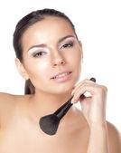 頬紅を適用することの女性 — ストック写真