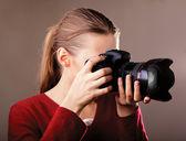 Młoda kobieta z aparatu — Zdjęcie stockowe