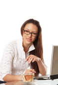 Woman sitting in front of a laptop — Foto Stock