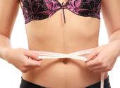 女性は、メートルの棒で彼女の腰腹を測定します。.. — ストック写真