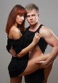Jovem lindo casal apaixonado está abraçando — Fotografia Stock