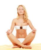 Jonge vrouw doen yoga — Stockfoto