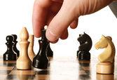 Mann spielt schach — Stockfoto