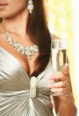 Brünette frau trinkt champagner — Stockfoto