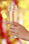 Mujer bebiendo champán en fiesta de navidad — Foto de Stock
