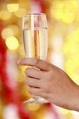 Mulher bebendo champanhe na festa de natal — Fotografia Stock