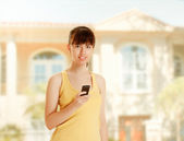 A young woman with a cellphone — Stock Photo