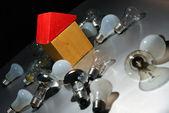 Bombilla de luz y casa de juguete — Foto de Stock
