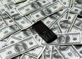 多くのドルと携帯電話. — ストック写真