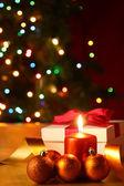 Regalo de año nuevo y las velas — Foto de Stock