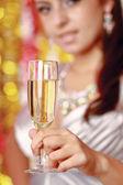 Kvinna dricka champagne — Stockfoto