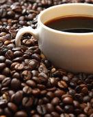 Chicchi di caffè con coppa — Foto Stock