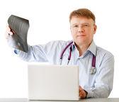 Mężczyzna lekarza przeprowadzającego badanie rentgenowskie — Zdjęcie stockowe