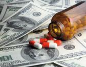 Pillen en geld. — Stockfoto