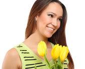 Kvinna med gula tulpaner — Stockfoto