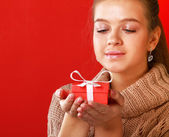 Young woman holding gift box — Foto de Stock