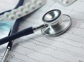 Stethoscope on the cardiogram — Stockfoto