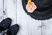 Summer sandals and summer beach hat — Stock Photo
