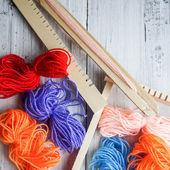 Renkli ipler ve dokuma tezgahı — Stok fotoğraf