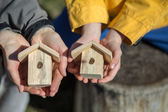 Children hold bird houses — Stock Photo