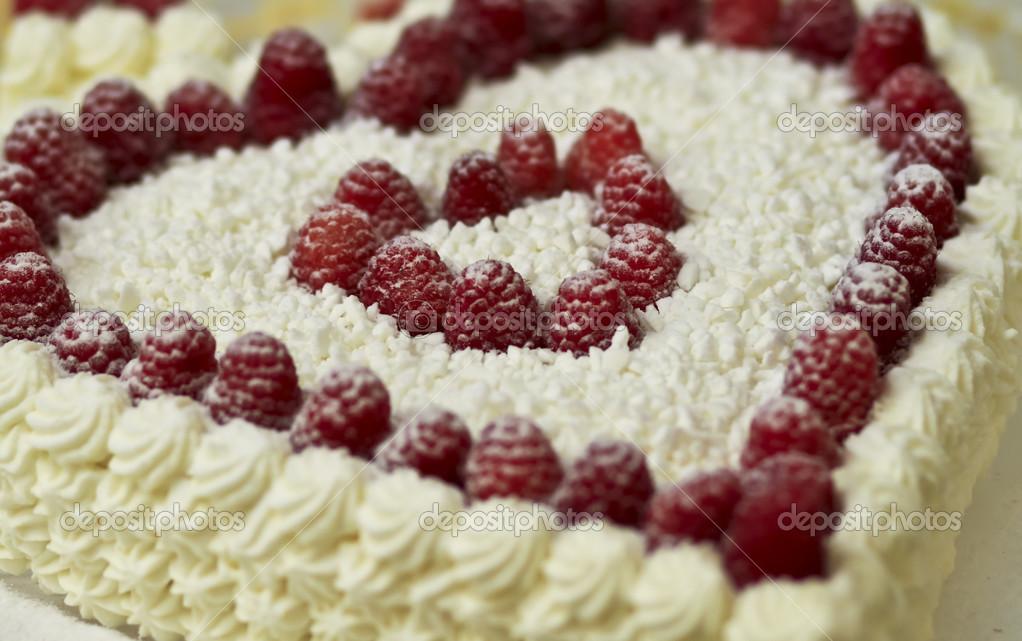 Gâteau de mariage avec crème fouettée et framboise — Photographie ...