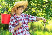 Joven pescador sosteniendo una carpa cruciana — Foto de Stock