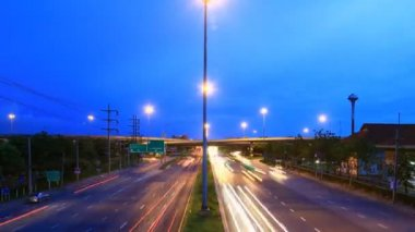 Highway traffic driving multiple lane, time lapse at twilight — Vidéo
